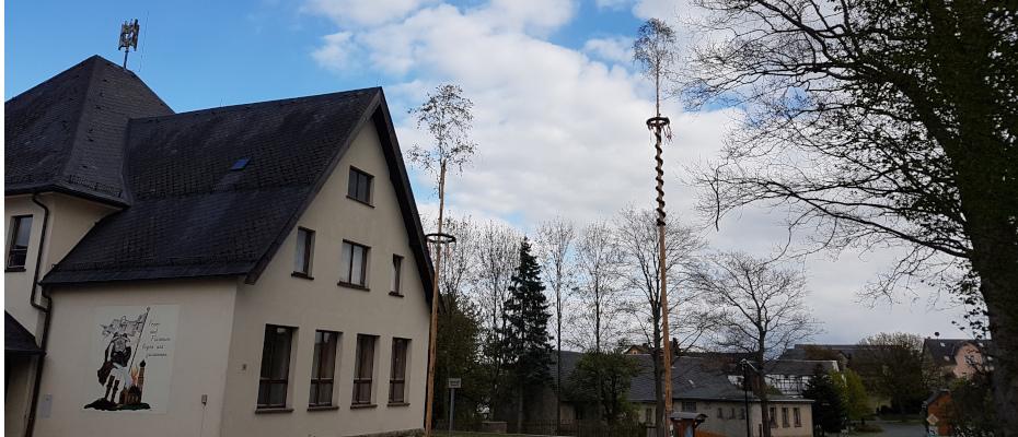 Bernsgrüner Premiere mit zwei Maibäumen
